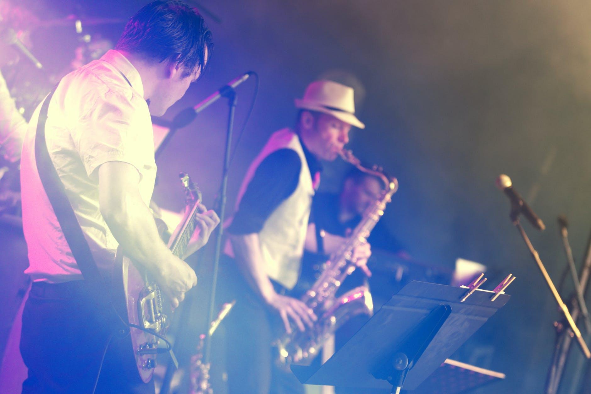 musica-dal-vivo-musicisti-sax-chitarra-cappello-microfono-leggio