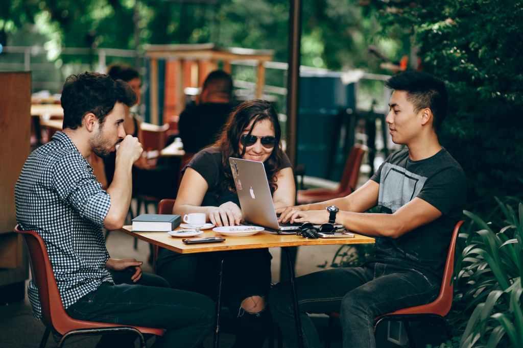 startup-bando-comune-roma-finanziamenti-ragazzi-pc-lavoro-working-coworking-smart