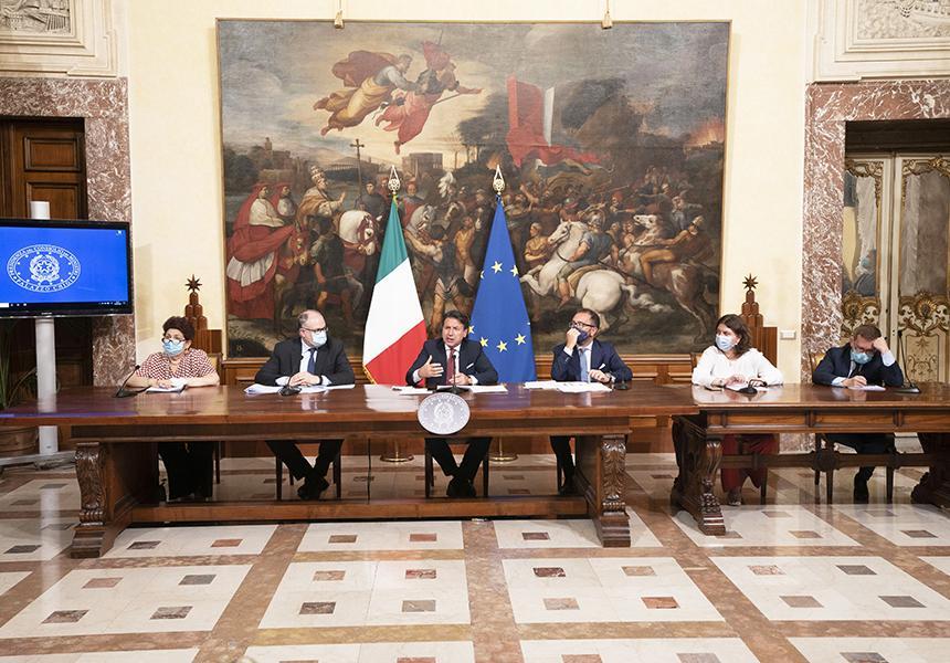 giuseppe-conte-ministri-tavolo-bandiera-italiana-europea-arte