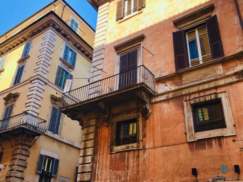 rioni-di-roma-the-parallel-vision-foto-campo-marzio-strade-monumenti-vicoli-balcone
