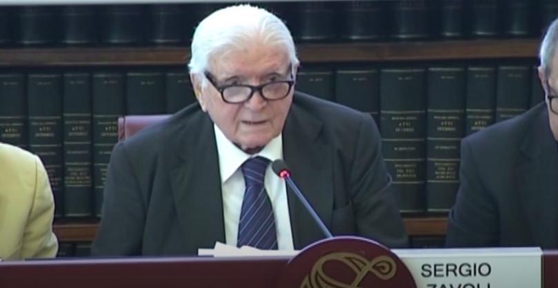 sergio-zavoli-old-man-cravatta-giacca-capelli-bianchi-occhiali-libri-microfono