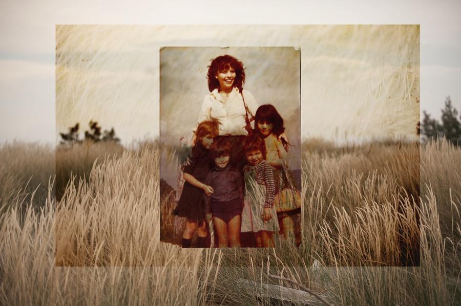 mamma-bambini-grano-famiglia-sorridente-foto-antica-ingiallita