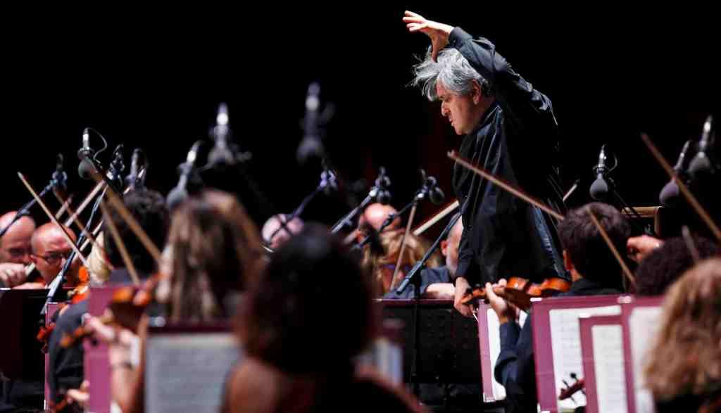 direttore-orchestra-archi-violini-microfoni
