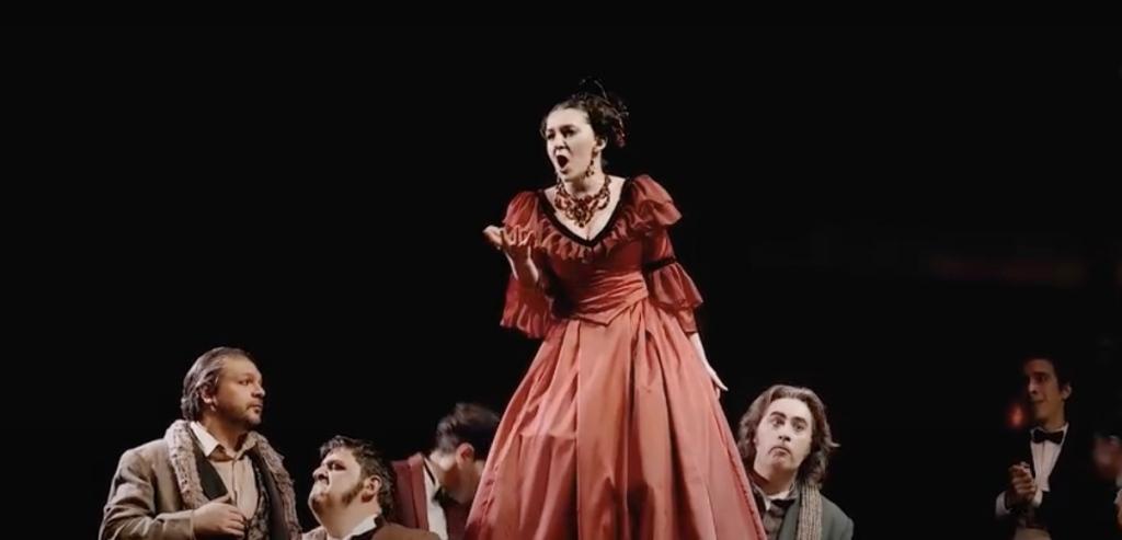 opera-cantante-vestito-rosso-di-scena-boheme