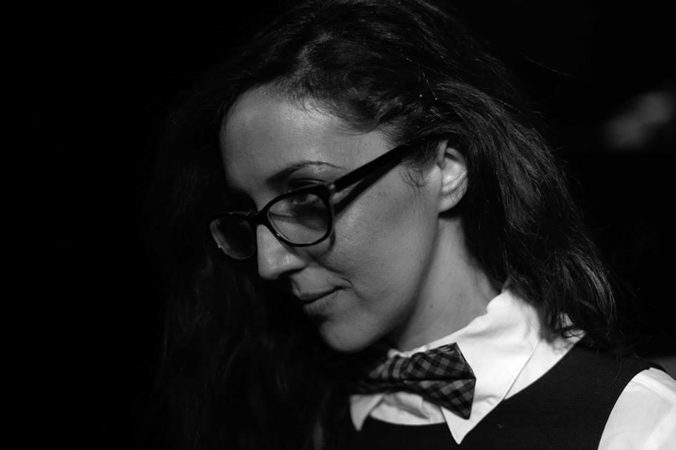 girl-with-glasses-bianco-e-nero-occhiali-papillon-camicia-bianca-ragazza
