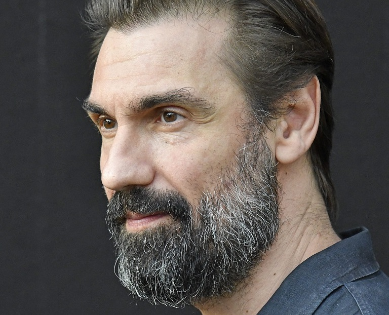 ragazzo-con-barba-primo-piano-sguardo-occhi