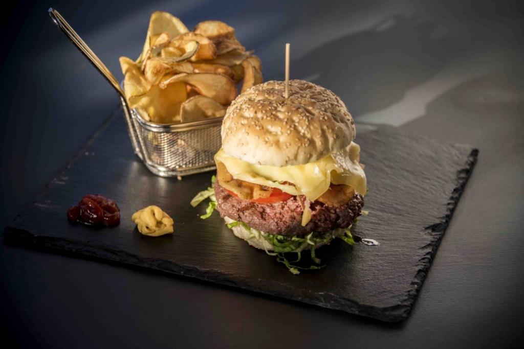 hamburger-cheeseburger-chips-patatine