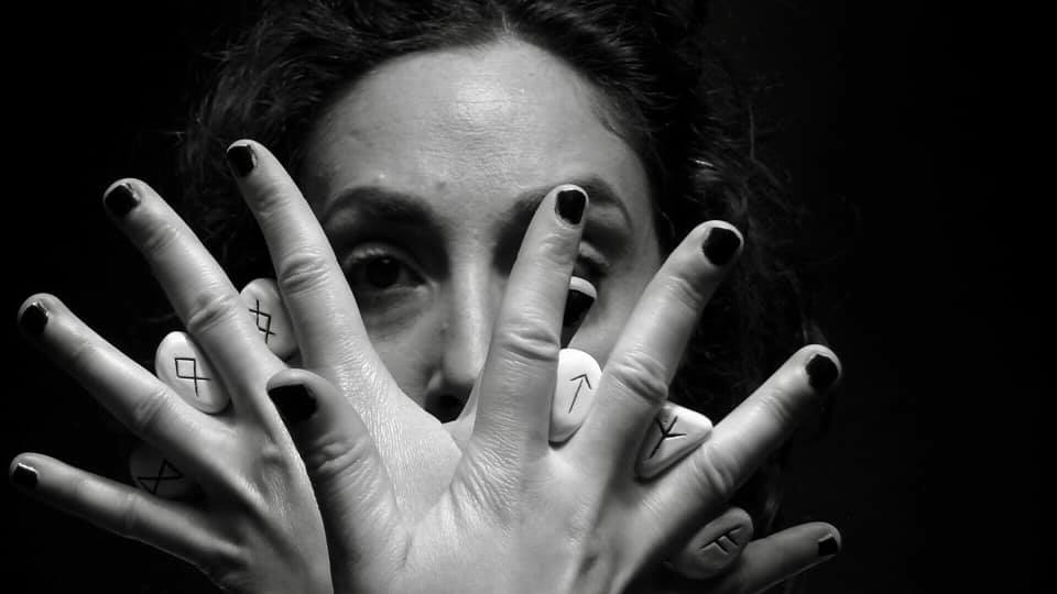 girl-hands-stones-black-and-white