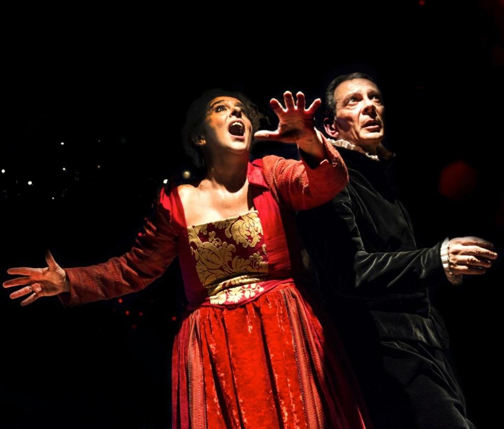 attori-in-scena-vestito-rosso-nero
