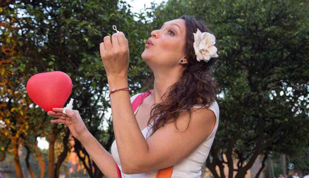 ragazza-soffia-bolla-di-sapone-cuore-alberi-palloncino
