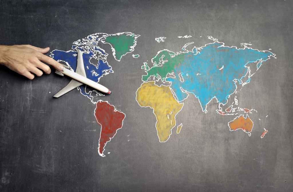 mondo-world-red-yellow-blue-orange-green-airplane-aeroplano-mano-hand-mappa-map