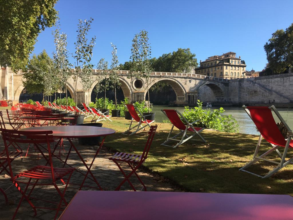 sedie-sdraino-tevere-ponte-fiume-tavolini