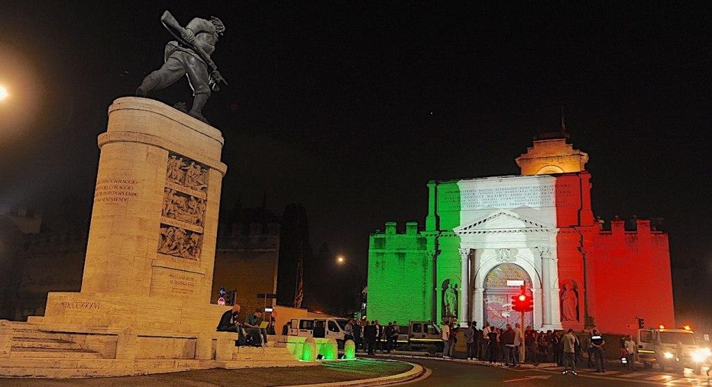 tricolore-bandiera-italiana-bianco-rosso-verde-monumento-bersagliere-porta-pia