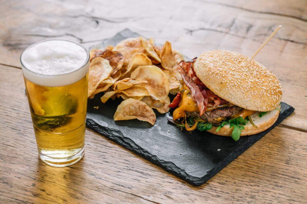 hamburger-birra-patatine-street-food