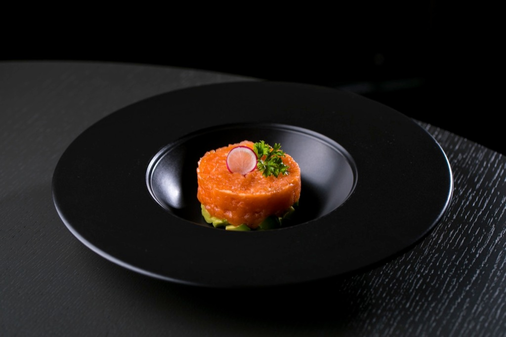 tartare-salmon-japan-food-black-plate