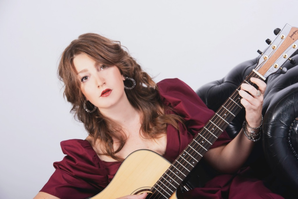 ragazza-chitarra-vestito-rosso-bordeaux