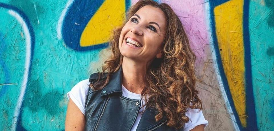 ragazza-sorride-murales