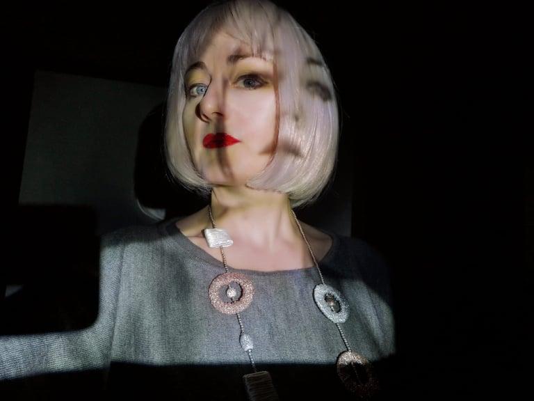 volto-donna-riflesso-ombra