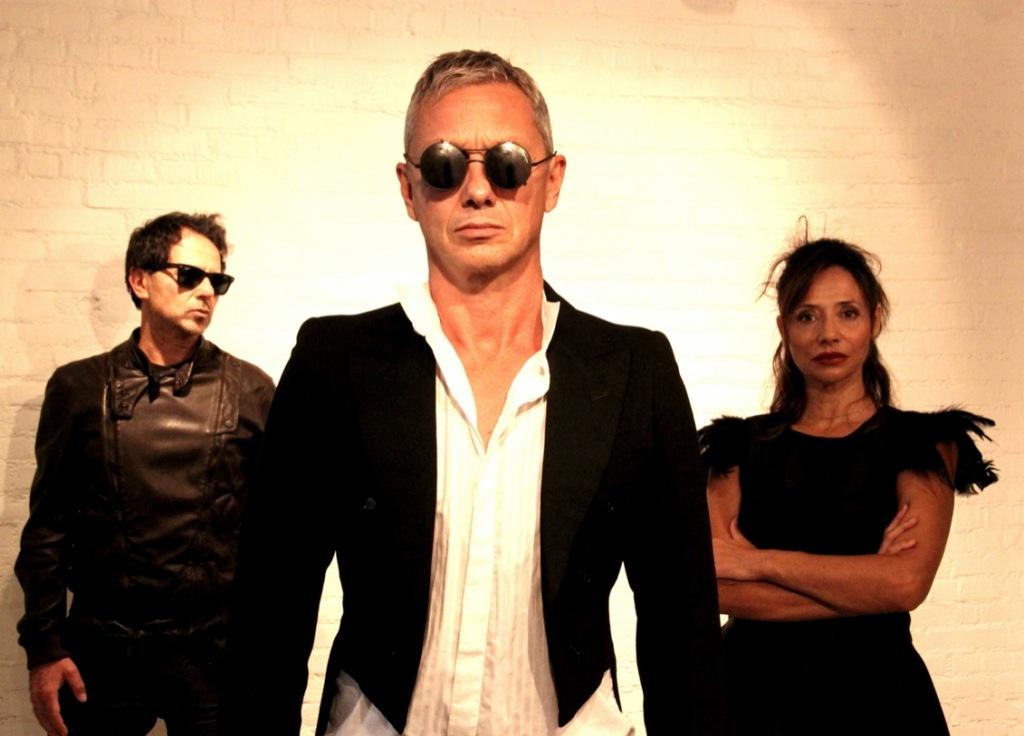 uomini-donna-abiti-neri-occhiali-da-sole