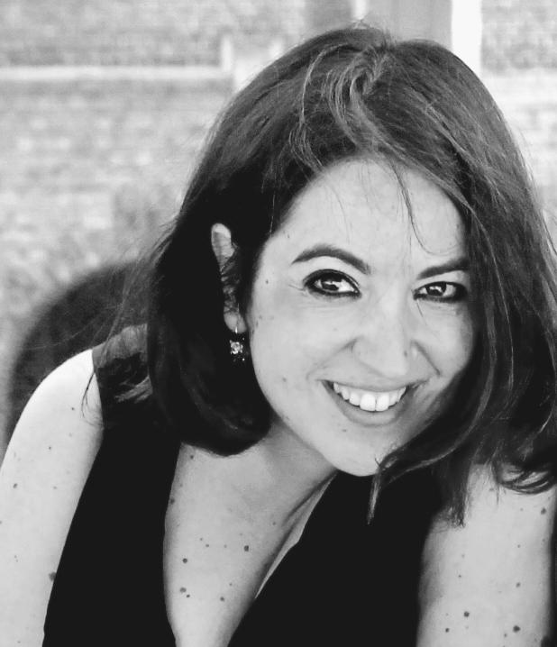 girl-smiling-black-and-white-ragazza-sorride