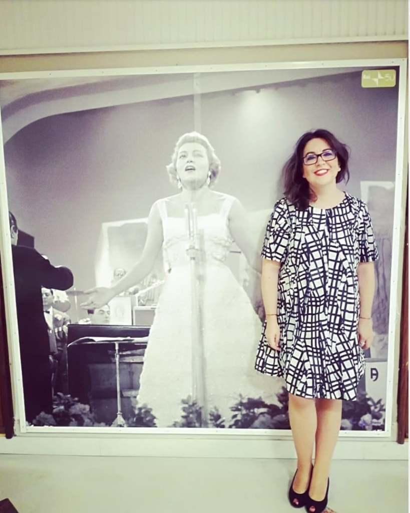 girl-photo-singer-glasses-black-and-white-dress