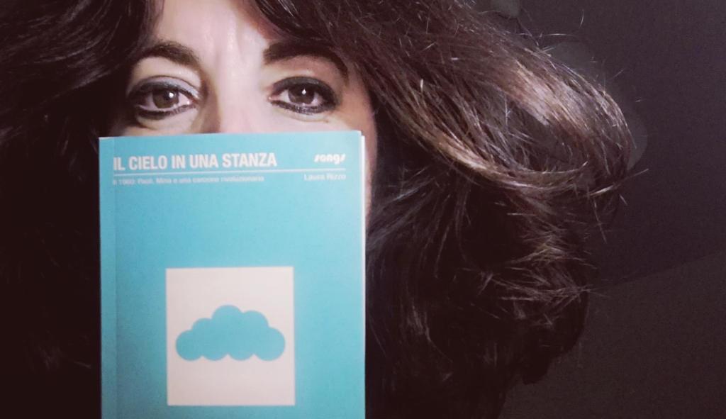 girl-with-book-il-cielo-in-una-stanza