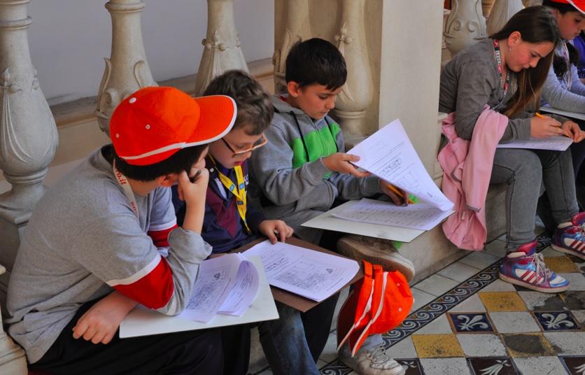 kids-bambini-ragazzi-studiano-cappellino-rosso-boys-studying