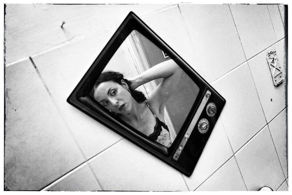 ragazza-specchio-bianco-e-nero