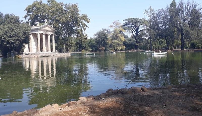 lago-colonne-tempio-alberi