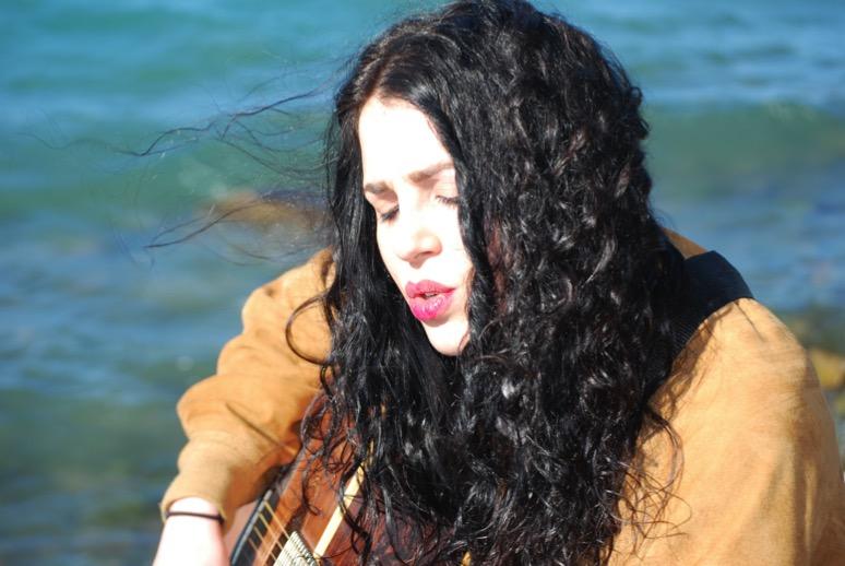 ragazza-capelli-neri-suona-chitarra
