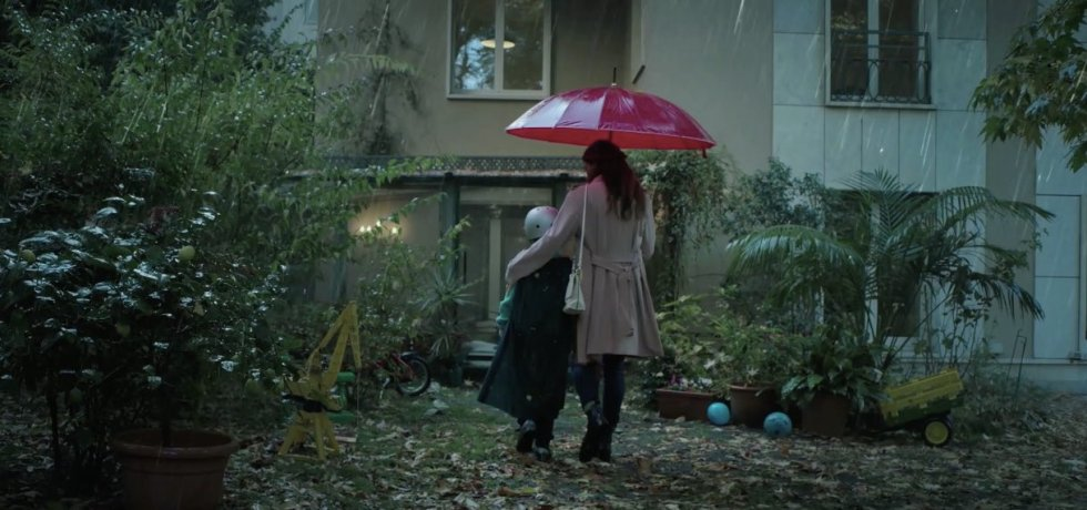 donna-con-ombrello-bambino-pioggia