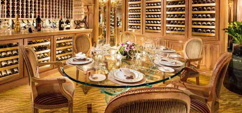 tavola-apparecchiata-vini-cantina