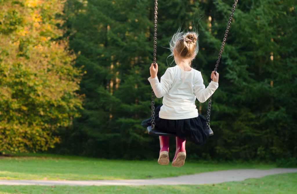 bambina-altalena-children-play-verde-green-aree-gioco