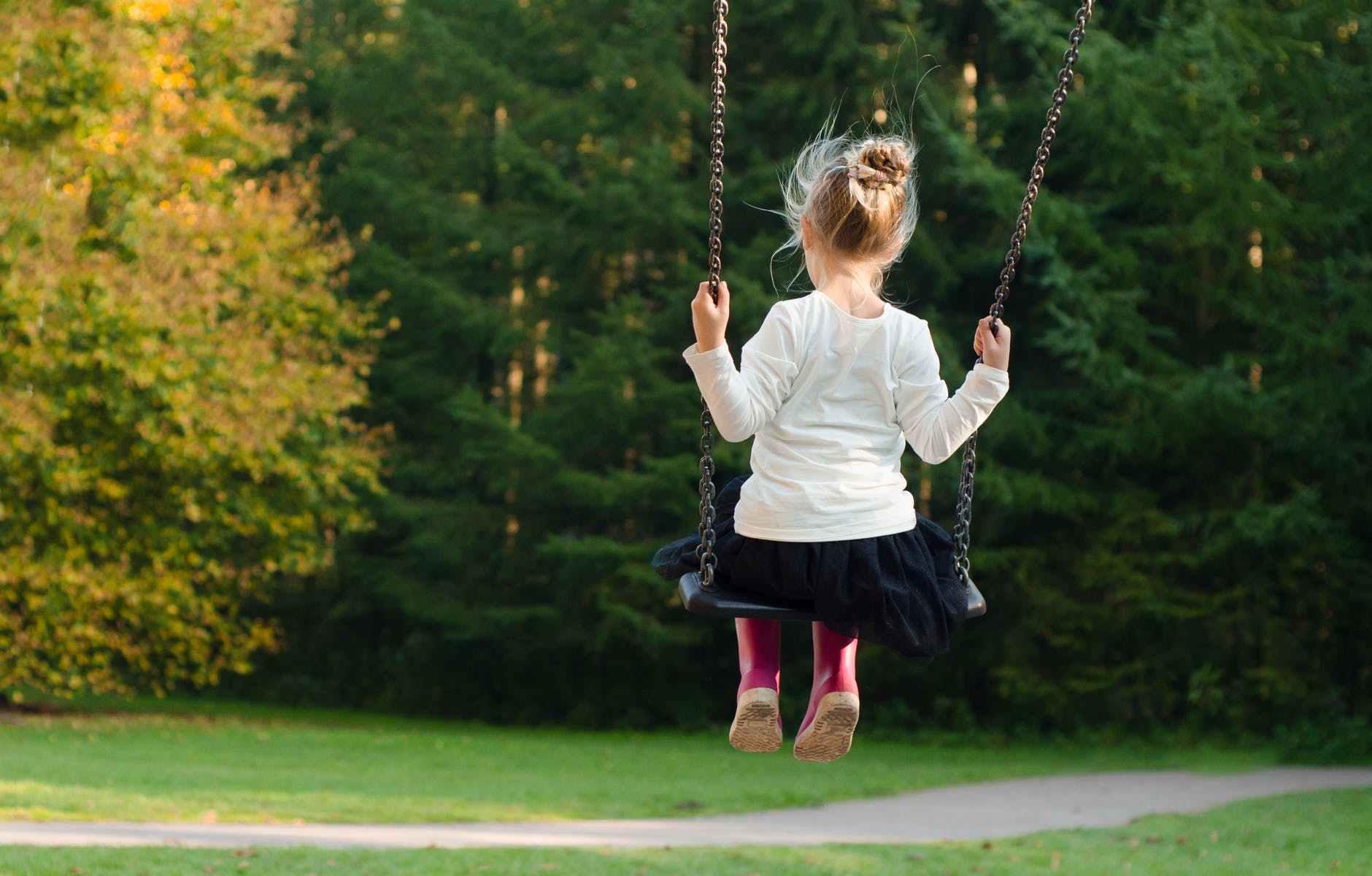 bambina-altalena-children-play-verde-green