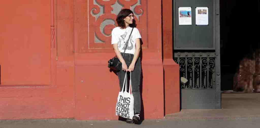 ragazza-con-borsa-muro-rosso