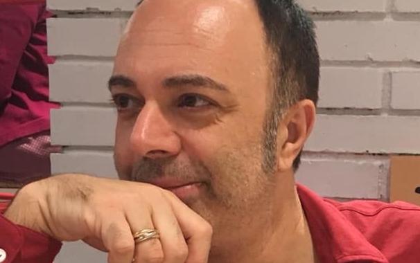 viso-uomo-camicia-rossa