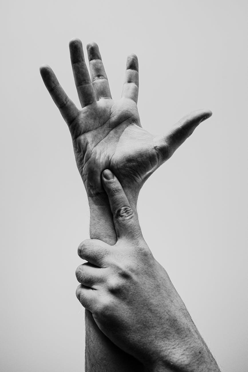 mani-linguaggio-dei-segni-bianco-e-nero