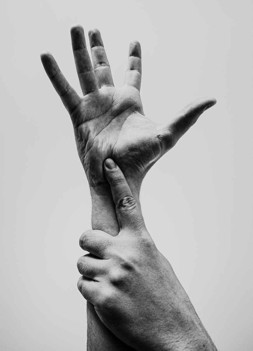 hands-mani-lingua-dei-segni-bianco-e-nero