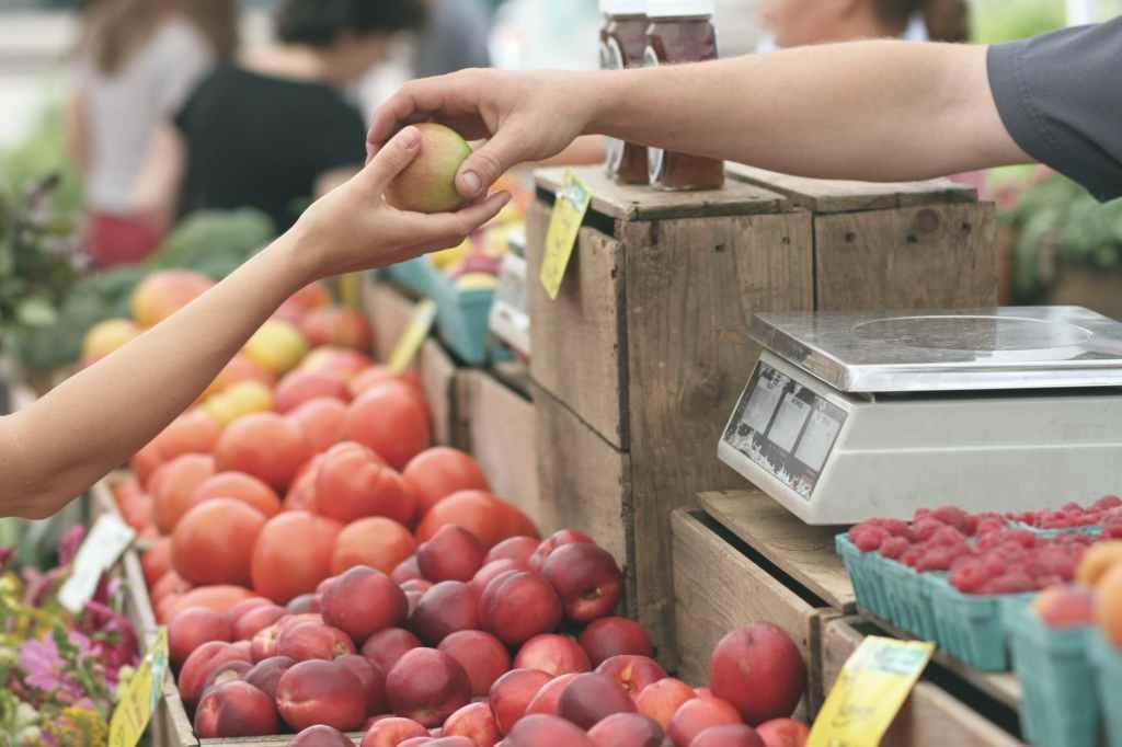 mercato-market-frutta-mani
