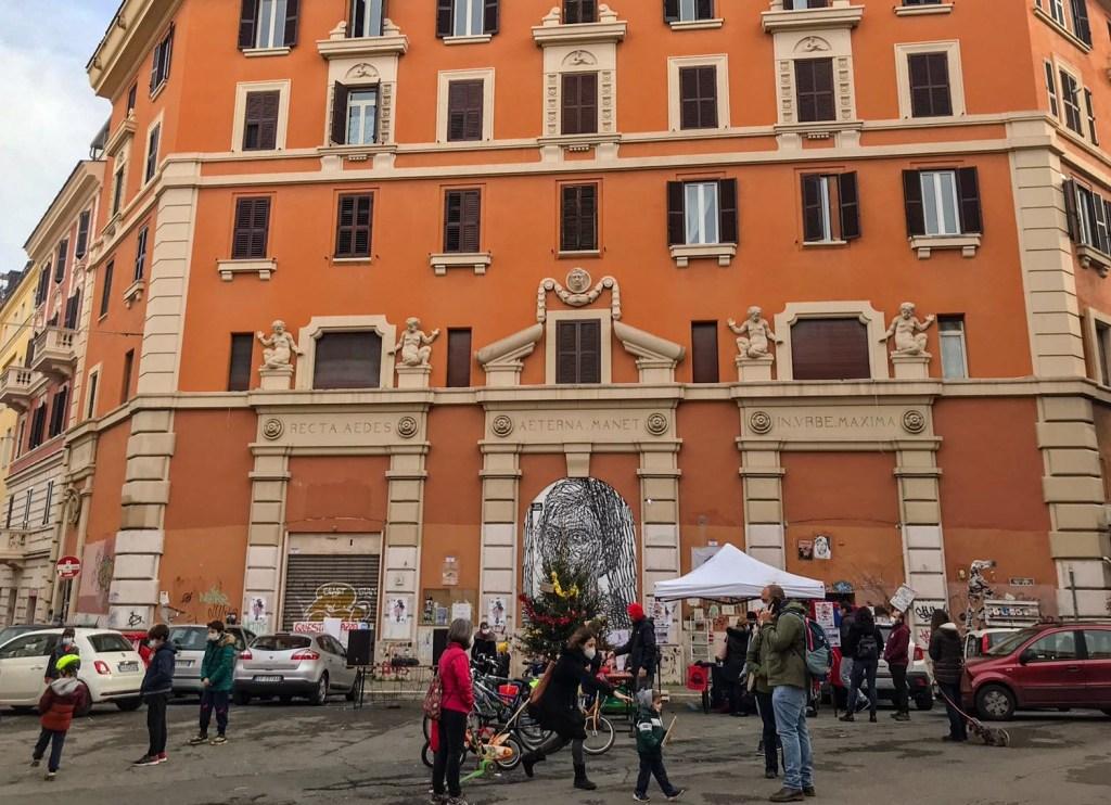 palazzo-edificio-arancione-murales-persone