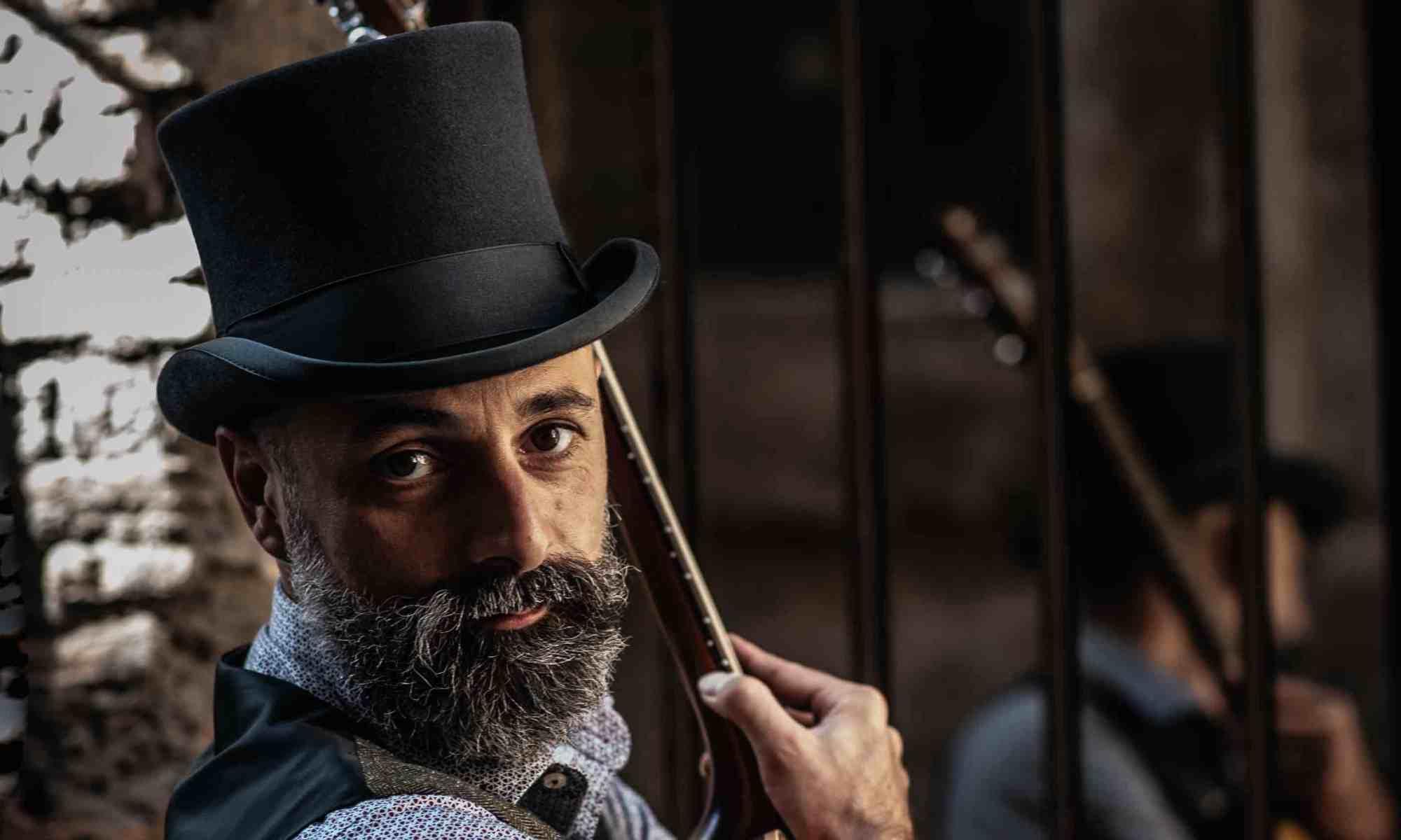 uomo-barba-chitarra-cappello-a-cilindro
