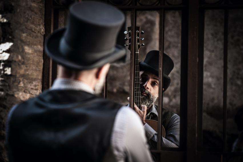 ragazzo-barba-chitarra-cilindro-specchio