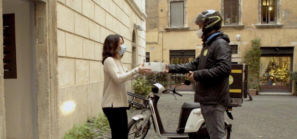 motorino-delivery-pacco-casco-uomo-donna