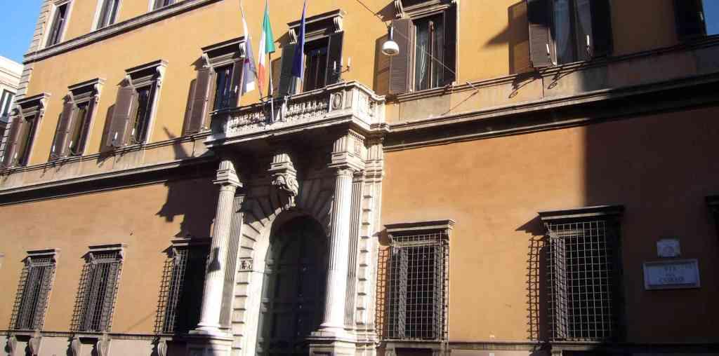 palazzo-monumento-colonne-bandiere-finestre