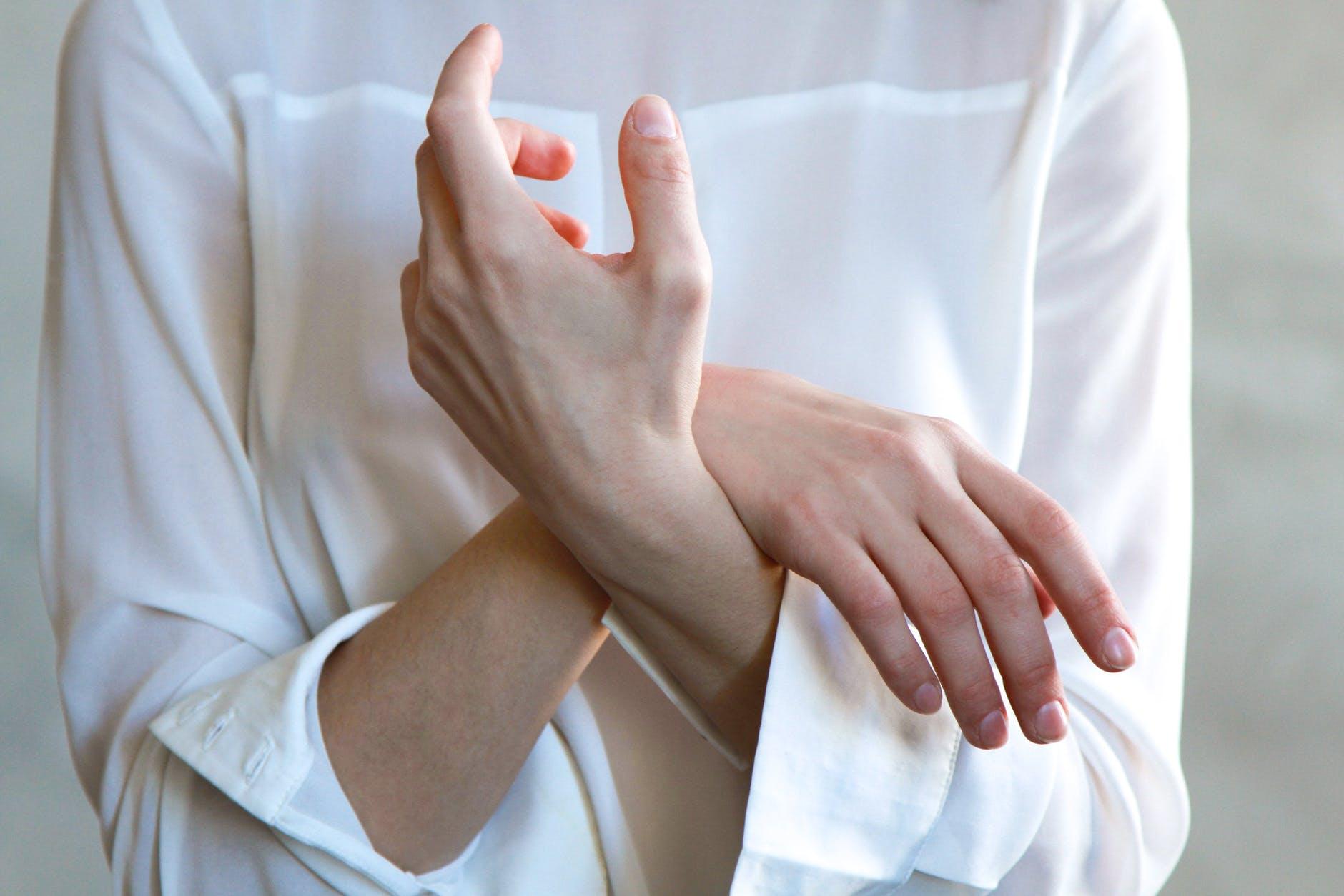 mani-vestito-bianco