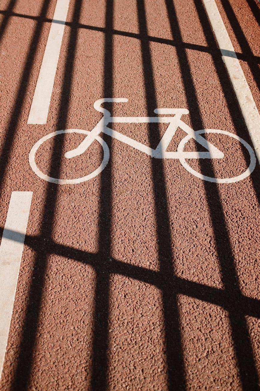 bici-pista-ciclabile-asfalto-bicicletta