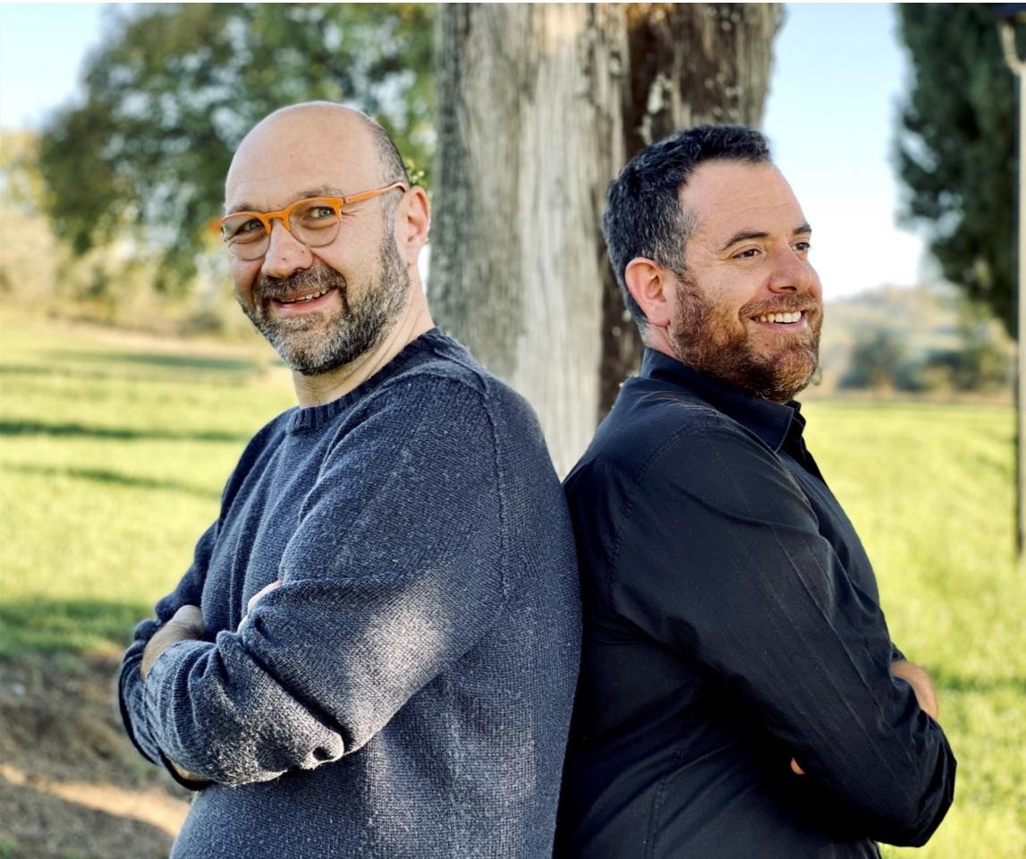 uomini-occhiali-sorridono-alberi
