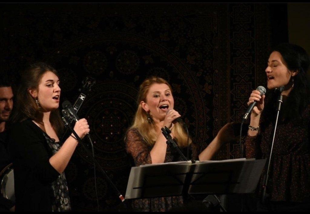 ragazze-cantano-microfono-leggio
