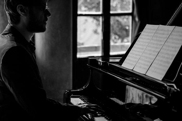 ragazzo-pianoforte-note-spartito-finestra