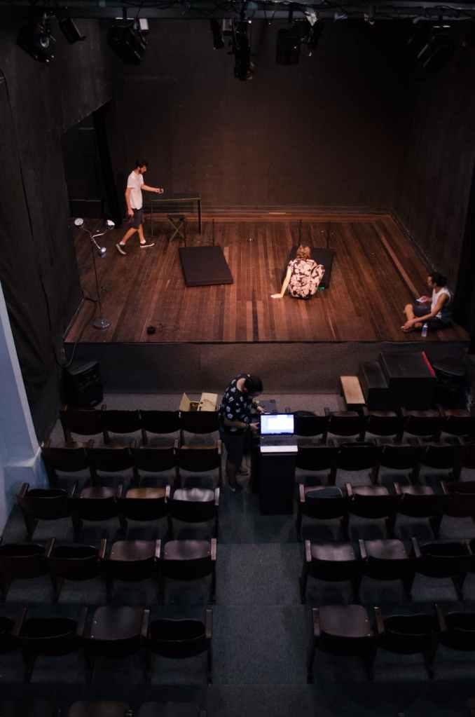 palco-sedie-teatro-attori